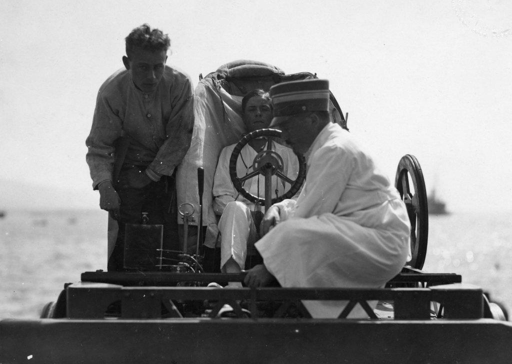 Carra fu il primo pilota in Italia ad effettuare il lancio con una catapulta