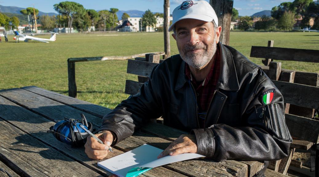 L'autore Evandro Detti mentre concede l'autografo ad un suo estimatore