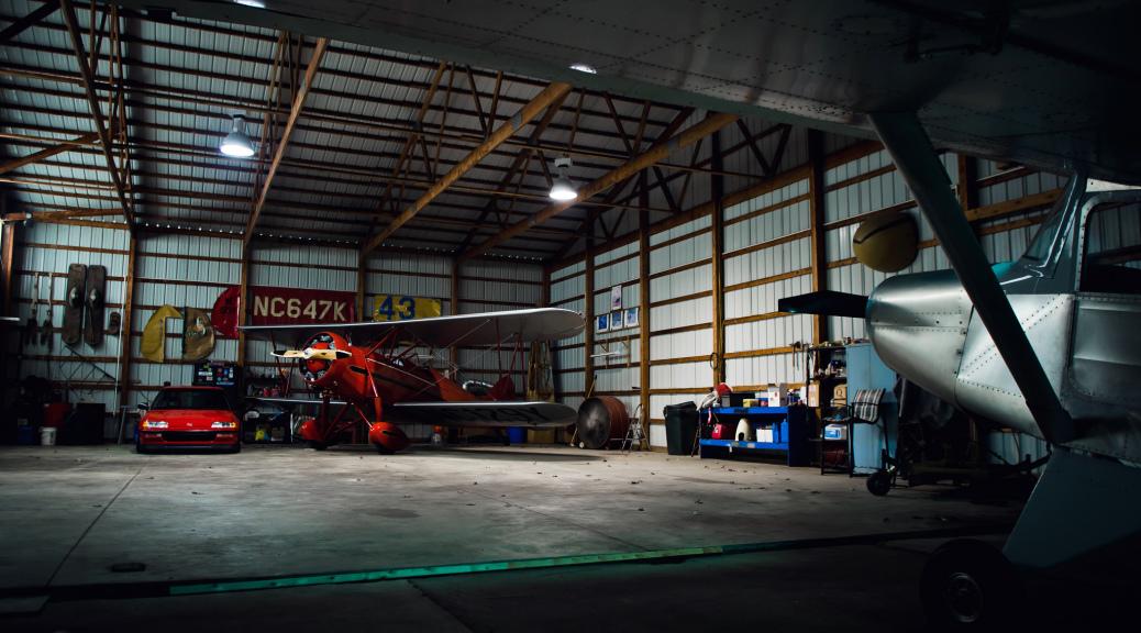 Hangar con Biplano e Honda - Nate Stevens