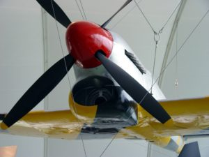 """L'Hawker Tempest V è riconoscibile tra i mille velivoli della sua epoca per la caratteristica  presa d'aria del radiatore  dell'olio motore denominata affettuosamente: """"a mento"""". Questo scatto, che ritrae frontalmente un'esemplare conservato in un museo dell'aria (in posizione appesa), esalta  la peculiarità in questione. Gli Hawker Tempest furono gettati nella mischia verso la fine della II Guerra Mondiale con lo scopo di attaccare le linee di collegamento e di rifornimento nemiche, ossia la specialità che oggi chiameremmo """"attacco al suolo"""" ma dimostrarono in diverse occasioni di avere la capacità di tenere testa ai caccia tedeschi anche nel combattimento manovrato o """"dogfight"""".  Inoltre la storia dell'aviazione annovera i Tempest come ottimi velivoli intercettori delle """"bombe volanti"""" le V1, i primi missili da crociera mai costruiti, costituendo il primo anello di difesa del sud dell'Inghilterra. - Foto proveniente da www.flick.com"""